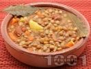 Рецепта Леща с наденица, картофи, моркови и дафинов лист